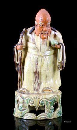 Chinees aardewerken beeld van een wijsgeer met staf en vrucht, Shoulao, 42 cm hoog (restauratie)