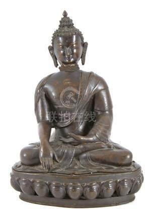 Metalen beeld van een zittende Boeddha op troon, 40 cm hoog