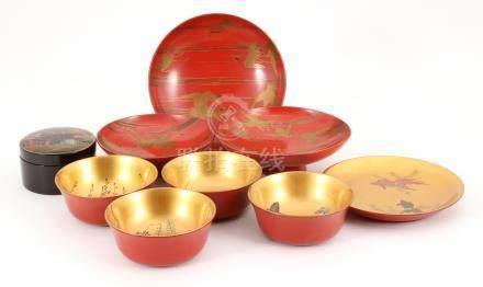 3 Japanse rodelakwerk schalen met beschilderd decor van kraanvogels, goudkleurig met roodlakschotel met visdecor, 4 goudkleurige met rood kommen met floraal en vlinderdecor en zwartgelakte en beschilderde lakdoos met onderzetters