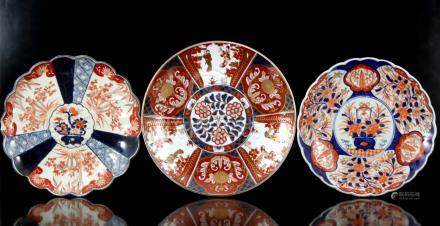 3 Imari porseleinen schotels 19e en 20e eeuw 31 cm, 31,5 cm en 34 cm diameter