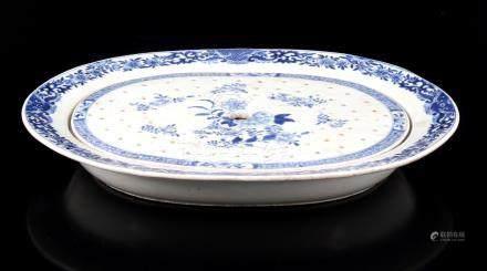 Chinees porseleinen 18e eeuwse ovale lekschaal met lekblad 6 cm hoog, 42x36 cm (haarlijntje)