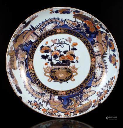 Antieke porseleinen sierschotel voorzien van decor bloemmand / cachepot in het centrum, Japan Goudimari Arita ca. 1600, 56 cm diameter