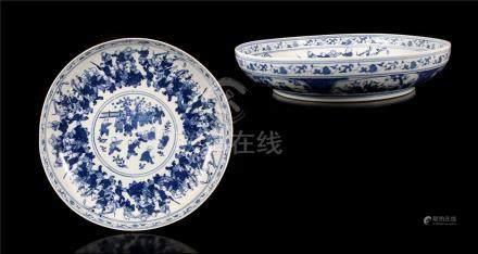 Porseleinen sierschotel met rijk decor van vele zotjes, 20e eeuw, 8,5 cm hoog, 40 cm diameter