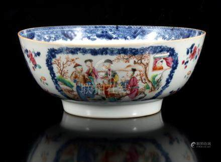 Antieke porseleinen kom met meerkleurig decor van figuren in een cartouche, China ca. 1780, 11 cm hoog, 26 cm diameter