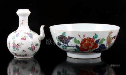 Antiek Chinees porseleinen kom met decor van vogels in florale omgeving 10 cm hoog, 23,5 cm diameter (haarlijntjes, en ghendi 16 cm hoog (randchipje)