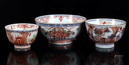 3 Diverse porseleinen kommen, Amsterdams bont, China ca. 1750, 5,5, 7 en 7 cm hoog (grote kom gelijmd)
