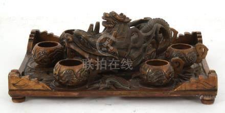 Spekstenen theeset bestaande uit theepot in de vorm van draak, dienblad met parelmoer inlegen 6 kopjes, 9 cm hoog