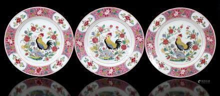 3 antieke porseleinen schotels met decor van hanen, Samson naar Chinees model, ca. 1880, 24 cm diameter
