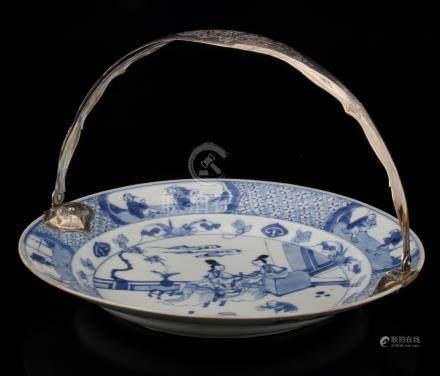 Ronde Chinese schotel, Kangxi, diameter 27 cm (haarlijn), met rijk bewerkte zilveren beugel, Max Anton Gustaaf Sandfort Zwolle, jaarletter 1864