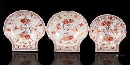 3 Porseleinen schelpvormige schaaltjes met goudimari decora van o.a. chrysanten, Kangxi, 2 van 19,5x20 cm en 1 van 17,5x18 cm