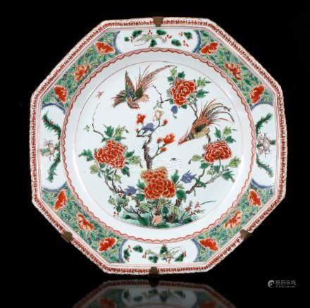 Antieke porseleinen 8-kantige schotel, Famille Verte met decor van 2 paradijsvogels op tak met rijke chrysant decoratie met op de buitenrand een deor van 4 perken met insecten, China Kangxi, 42 cm diameter