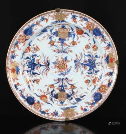 Antieke porseleinen schotel Imari met in het midden in cirkel Chrysant decoratie met daaromheen uitwaaierend 4 maal boeketten met Chrysant en Lotus decoratie, voormalige collectie Jacob