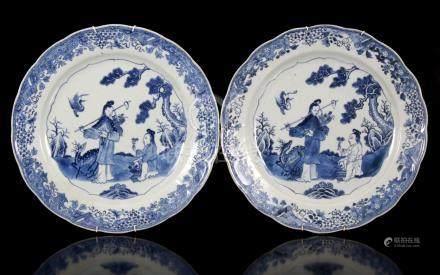 2 antieke porseleinen schotels met gecontourneerde rand, voorzien van blauw decor met 2 figuren in landschap met vliegende kraanvogel bij pijnboom, China, Qianlong, 38 cm diameter