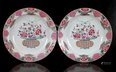 2 antieke porseleinen schotels met rijk decor van hengselmand met perken decoratie aan de rand, China Famille Rose, Qianlong, 38,5 cm diameter (beiden met vakkundige restauratie)