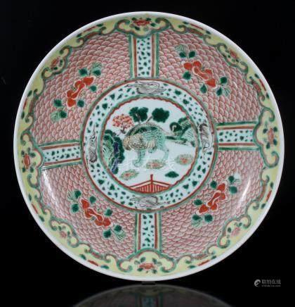 Japanse porseleinen schotel met decor van fantasiedier en kraanvogels, ca. 1900, voorzien met tekens Kangxi, 37,5 cm diameter
