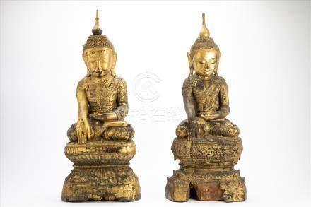 Paar bedeutende Buddhas Holz geschnitzt, goldene Lackfassung, wohl 17./18. Jh. Maße: H77 und