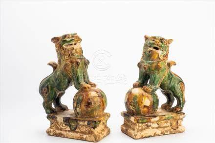Paar Fu-HundeChina 19. Jh.?, Keramik glasiert.Maße: H26 x B18 x T8,5cmPair of Fu dogsChina, 19th