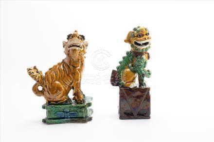 Paar Fu-HundChina 19. Jh. Keramik, glasiert.Maße Fu-Hund auf grünem Sockel: H20 x B13 x T8cmMaße