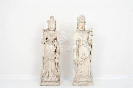 """Paar stehende Guanyin """"Göttinnen""""China, wohl 18. Jh., weißer Marmor, besch.Maße: H ca. 1,30m.Pair of"""