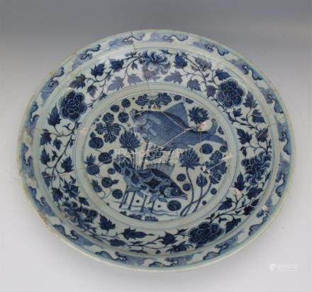CHINESE PORCELAIN BLUE AND WHITE FISH AND WEED CHARGER