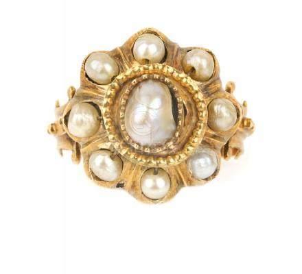 Anello in oro giallo con montate nove perle