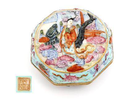 AN EIGHT-SIDED CHINESE PORCELAIN BOX