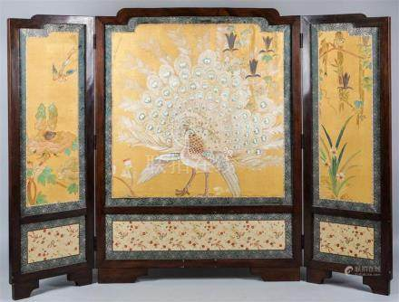 CHINESE EXPORT THREE PANEL PAINTED SILK AND HARDWOOD FIRE SC