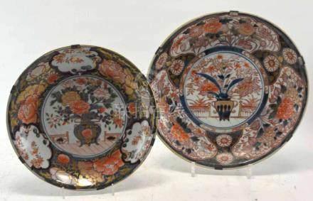 (Asian art) Two Imari plates
