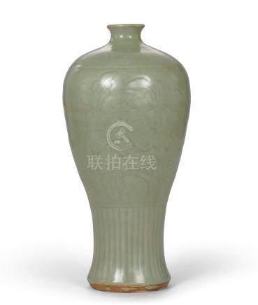 元/明 龍泉窯青釉刻花梅瓶