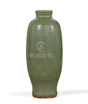 明 龍泉窯青釉劃花橄欖瓶