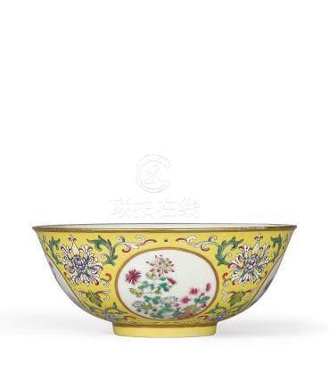 清道光 粉彩黃地開光花卉紋碗