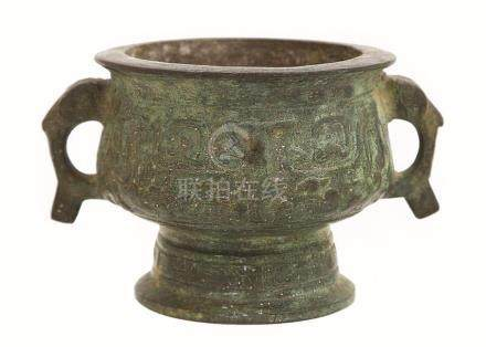 A CHINESE BRONZE SHANG STYLE 'GUI' FOOD VESSEL