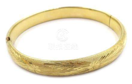 14ct gold (tested) hinged bangle with engraved decoration, approx 8.