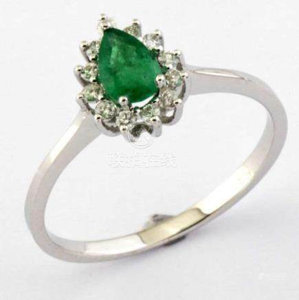 14K White Gold Cluster Ring set with natural Emerald and 12 Brilliant cut diamonds, 0,50ct in total