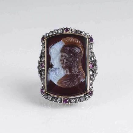Antiker Ring mit zweifarbiger Kamee und Edelstein-Besatz19. Jh. 18 kt. GG, Silber. In zweifarbigem