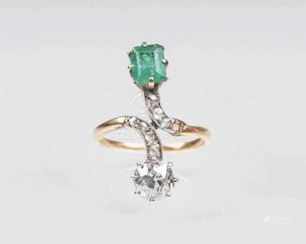 Jugendstil Diamant-Smaragd-RingUm 1900. 14 kt. Roségold mit Platin. Gekreuzte Ringschiene, Besatz