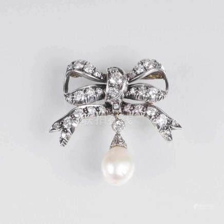 Wiener Jugendstil-Brosche mit Perle und Diamant-BesatzÖsterreich, um 1925. 14 kt. Roségold mit WG,