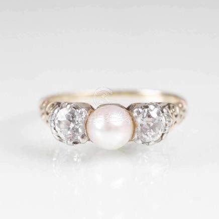 Jugendstil Diamant-Perl-RingAnf. 20. Jh. 14 kt. GG, gest., Platin. Mit 2 Altschliffdiam. zus. ca.