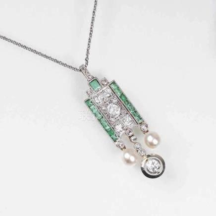 Art-déco Diamant-Smaragd-Anhänger mit kleinen PerlenAnf. 20. Jh. 14 kt. Roségold mit Platin.