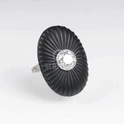 Art-déco Ring mit Altschliffdiamant und OnyxUm 1920. 14 kt. WG. Der Altschliffdiam. ca. 1,30 ct.