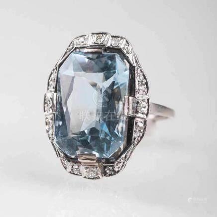 Jugendstil Aquamarin-Diamant-RingAnf. 20. Jh. Platin, Silber. Der Aquamarin im Treppenschliff ca. 10