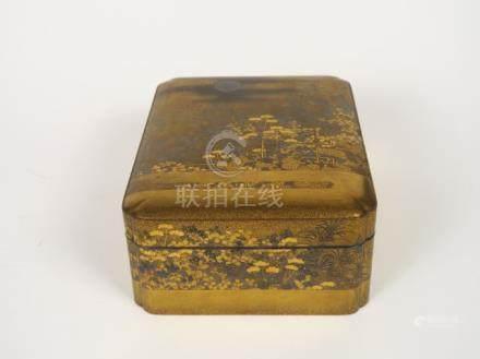 Boite couverte en bois laqué or et argent à décor de scène paysagée et de chrys