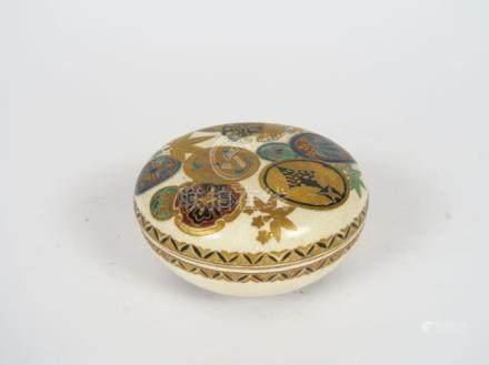 Boite couverte en céramique Satsuma, Hekizan, période Taisho, à décor de fleurs