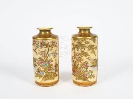 Paire de vases cylindriques en faience de Satsuma, à  décor de médaillons d'ois