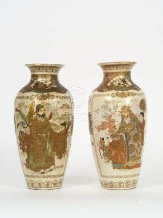 Deux vases formant pendant en faïence de Satsuma, décor de personnages, oiseaux