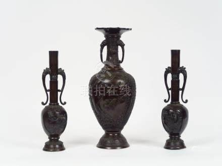 Vase balustre en bronze à décor en relief d'oiseaux et deux vases en bronze à l