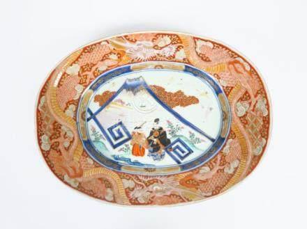 Plat de forme ovale en porcelaine d'Imari, à décor de Daimyō et du Mont Fuji, p