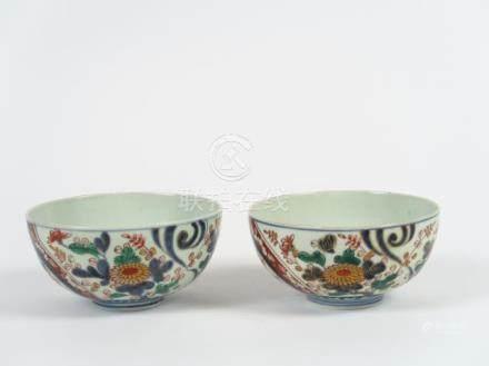 Deux coupes en porcelaine d'Imari formant pendant à décor disposé de fleurs app