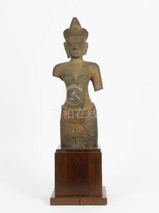 Torse de vishnu en grès, khmer, style d'Angkor vat. XIIIème . H. 42,5 cm (éclat