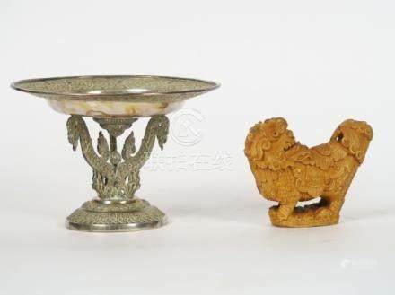 Sceau en os représentant un lion, inscription patronimique.Larg. 11 cmOn y join
